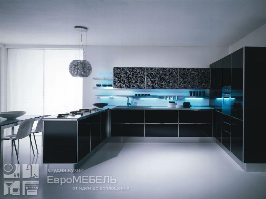 Черная кухня с рисунком