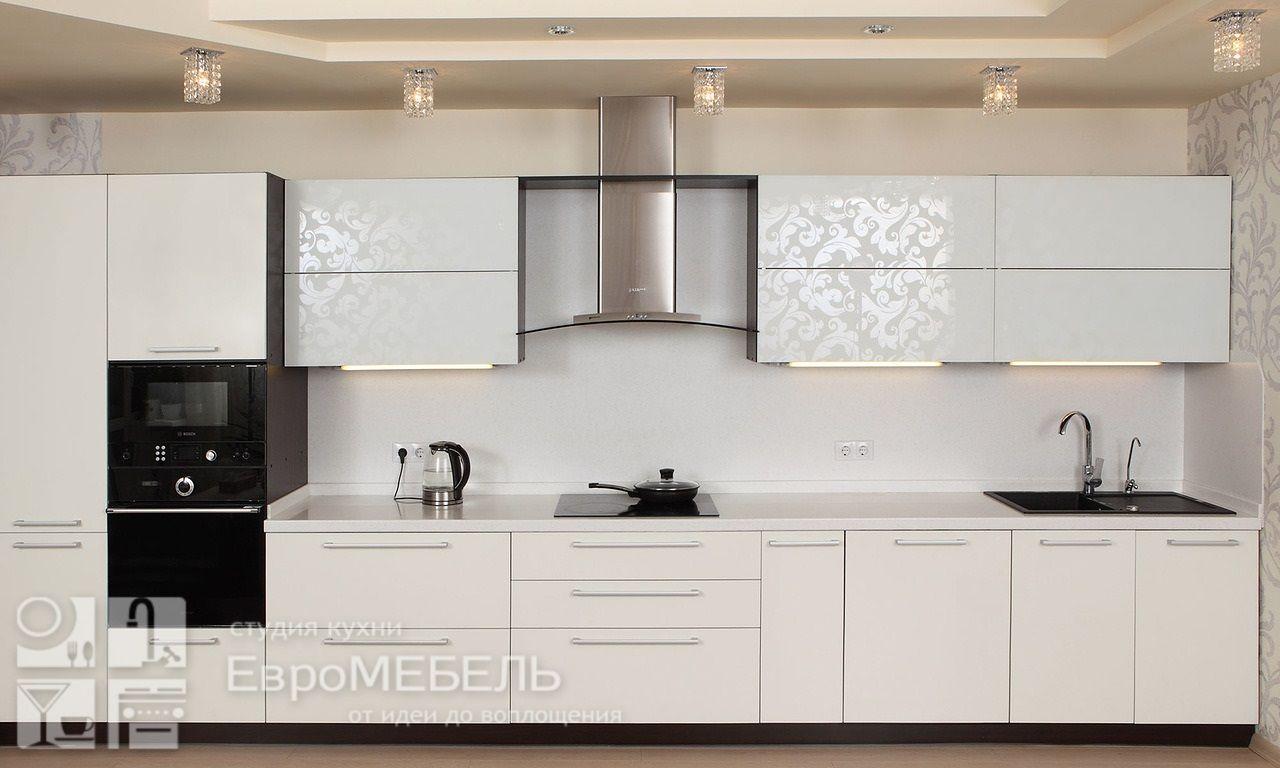 Белая кухня с рисунком