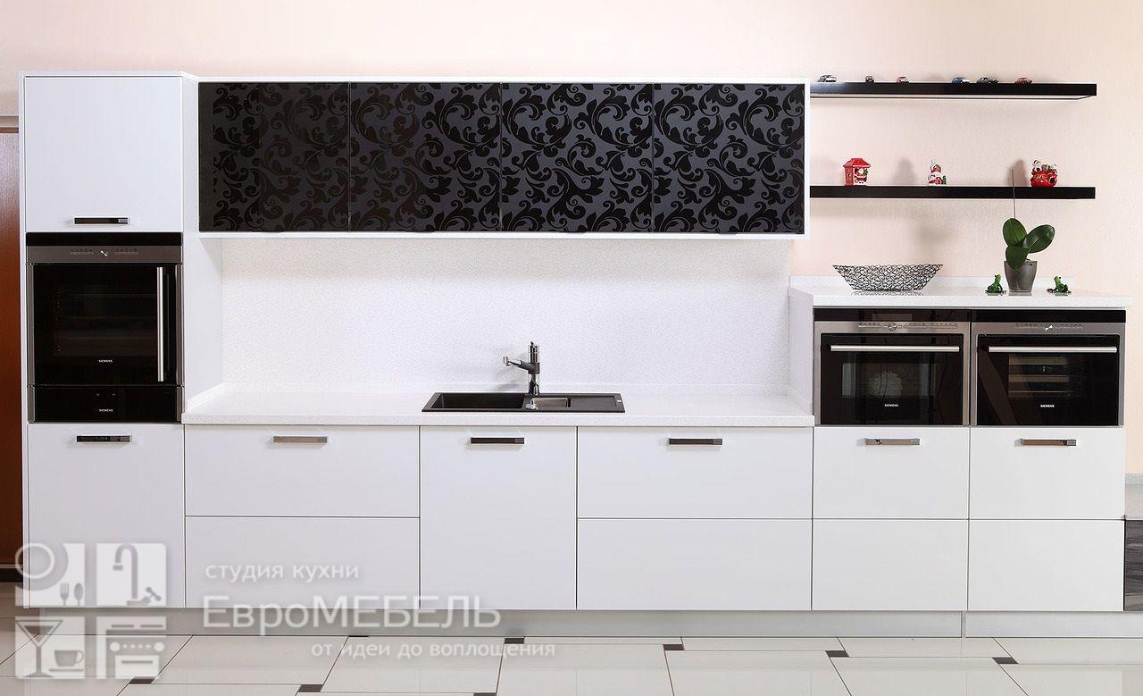 Черно-белая кухня с рисунком